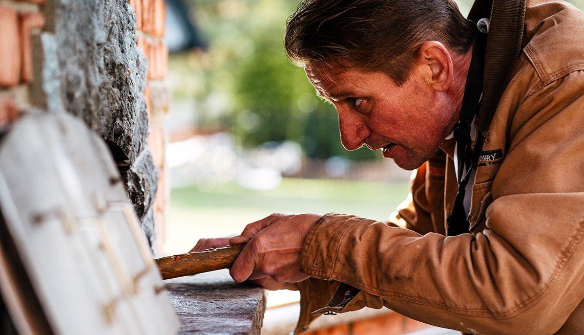Jeff Owens revisa el pan en el horno de su patio trasero