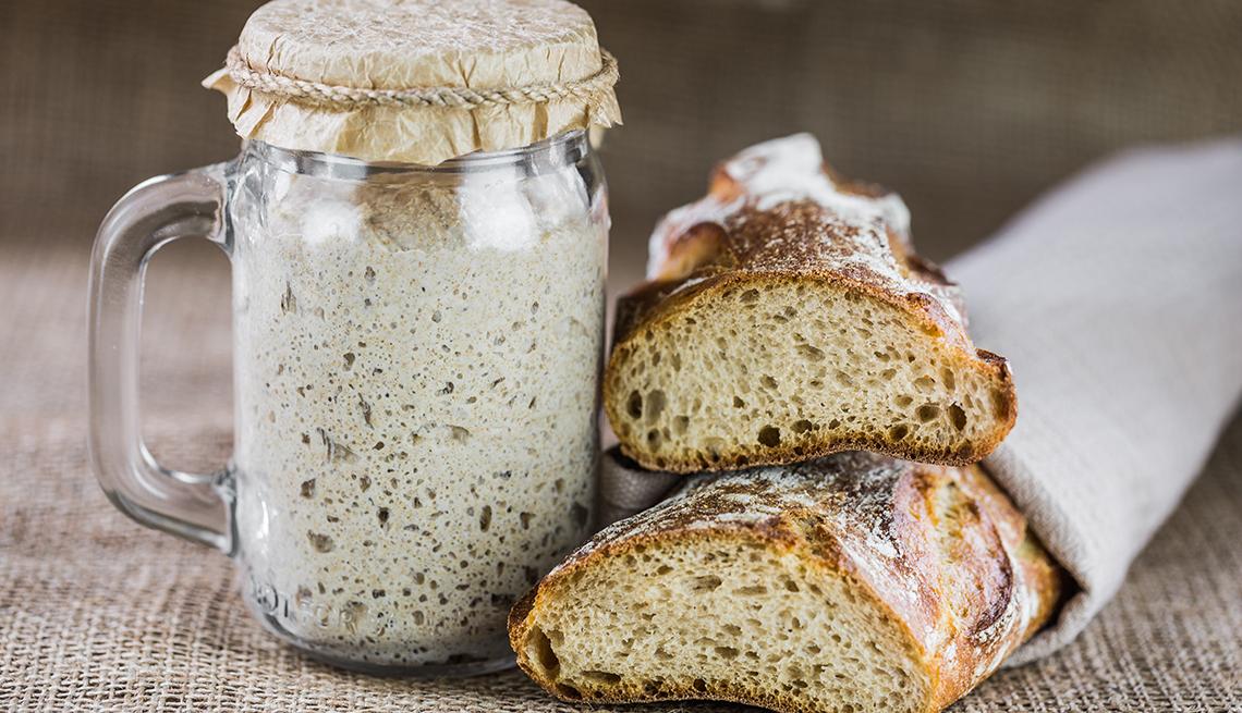 Pan fermentado junto a una jarra con masa fermentada