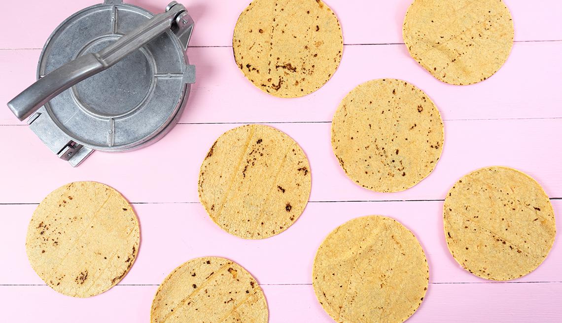 Tortillas y molde de torillas al lado