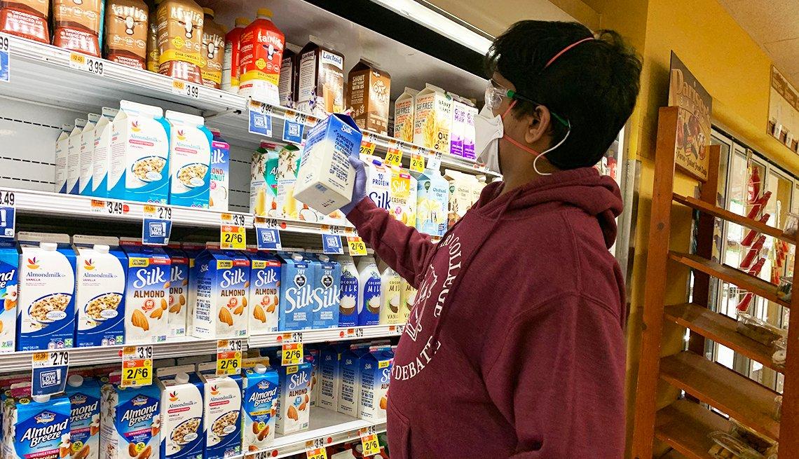 Dhruv comprando leche en el supermercado