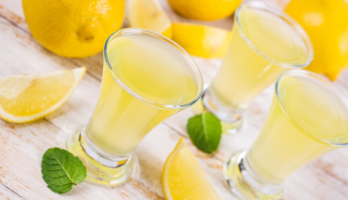 Cócteles de limoncello servidos sobre una mesa
