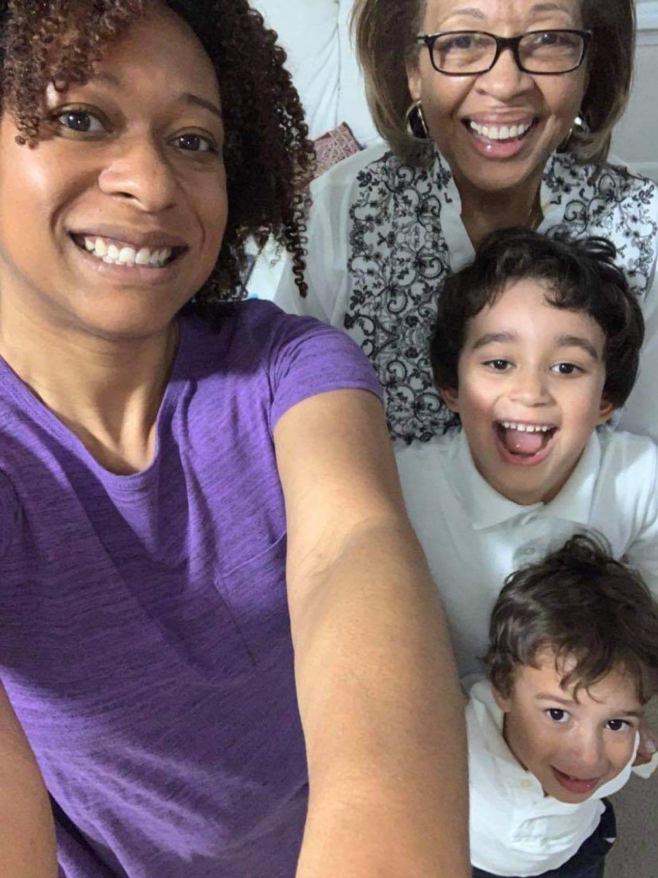 Jennifer Shelton con su hija y dos nietos