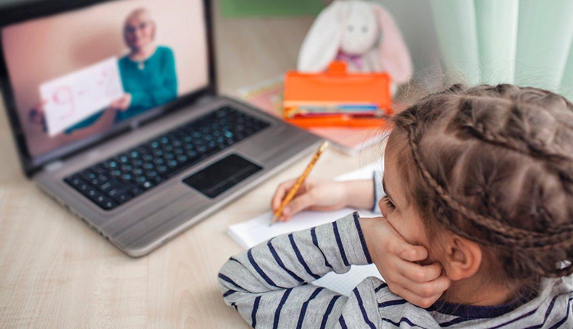 Estudiante presencia su lección en línea en casa