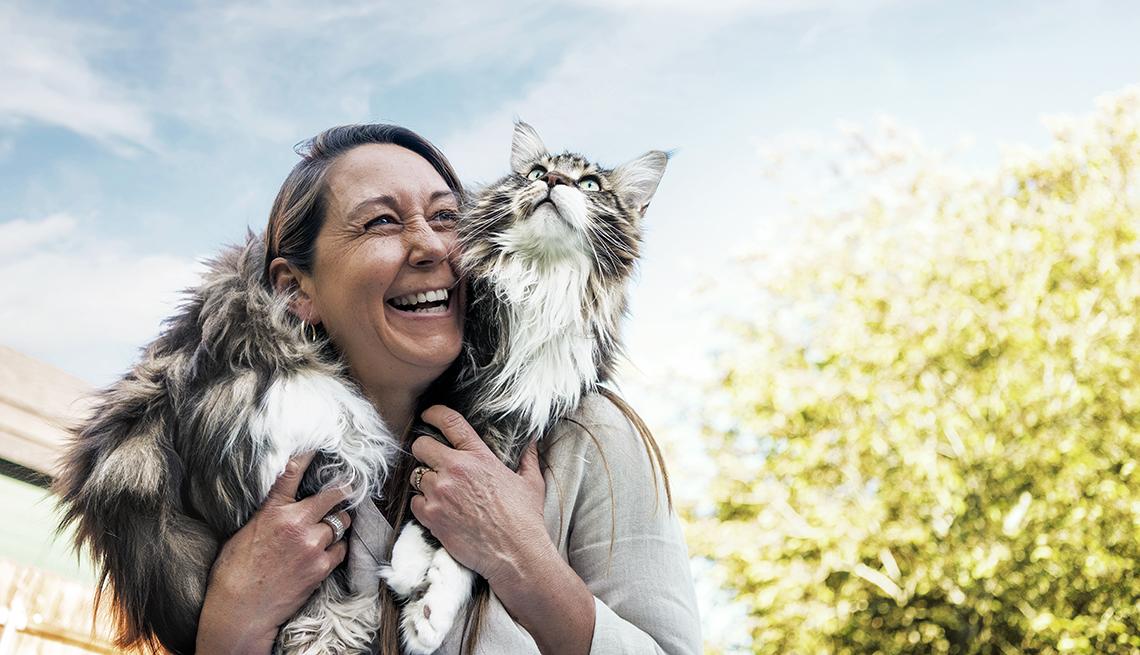 item 1 of Gallery image - Mujer sostiene a su gato