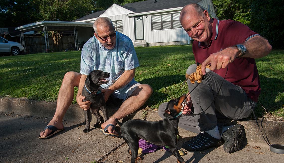item 9 of Gallery image - Dos hombres juegan con sus perros