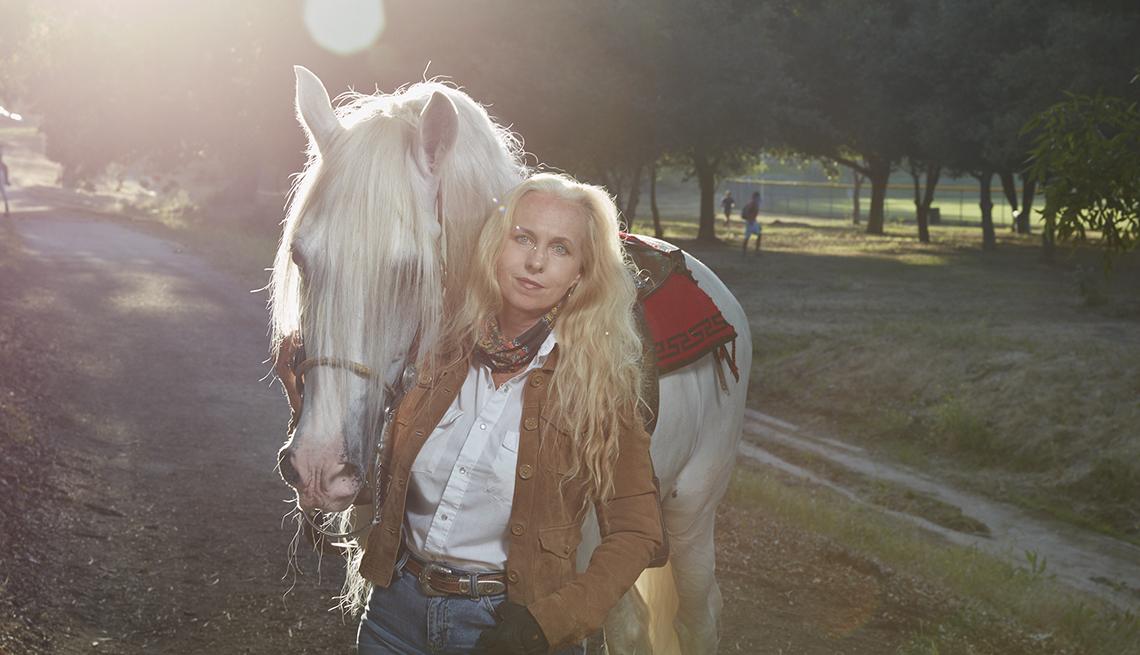 item 7 of Gallery image - Mujer junto a su caballo
