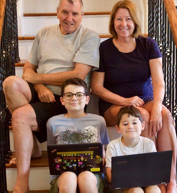 Susan Hatcher, su esposo y sus dos nietos