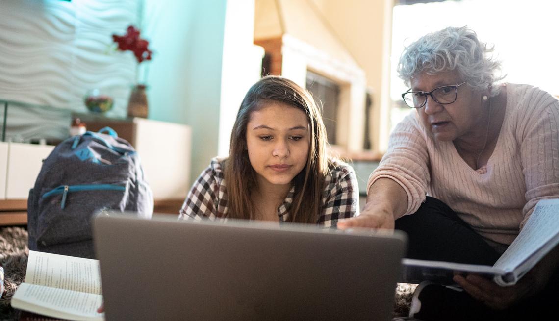 Abuela ayuda a su nieta con las clases virtuales