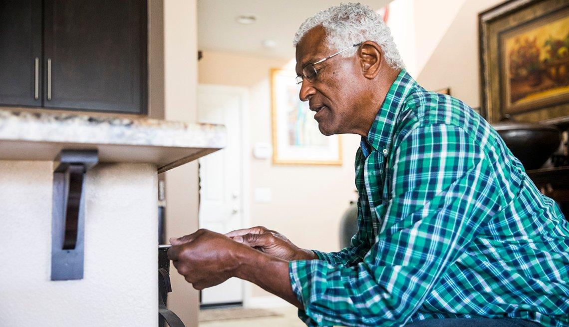 Un hombre hace una simple reparación en el hogar