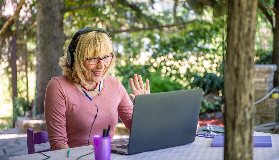 Mujer que hace una videollamada observa su computadora