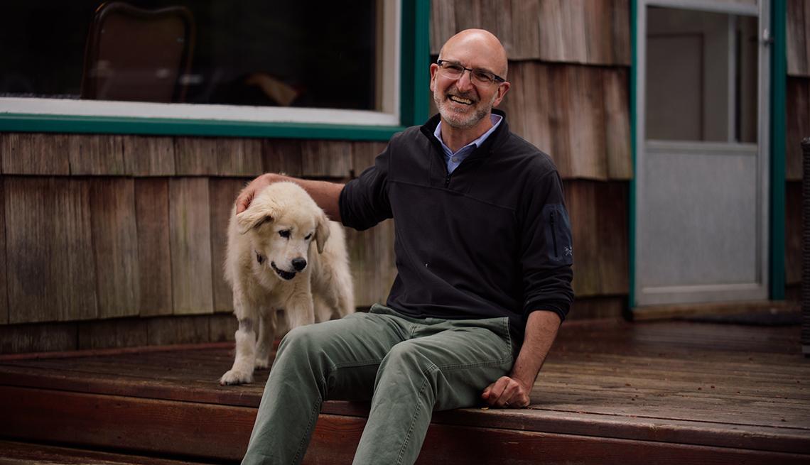 Daniel Promislow junto a su perro