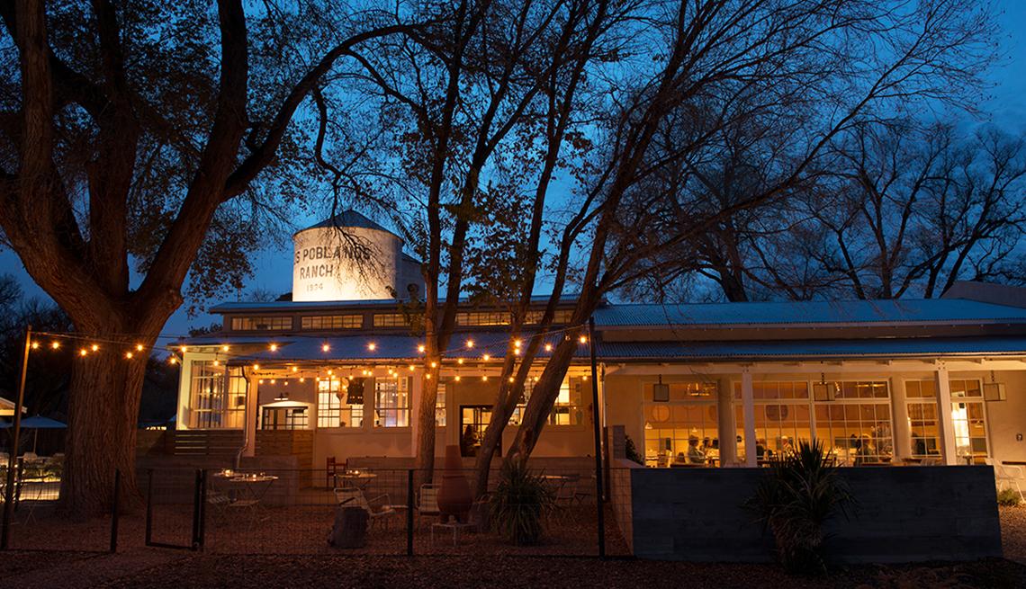 Edificio de los Los Poblanos en la noche