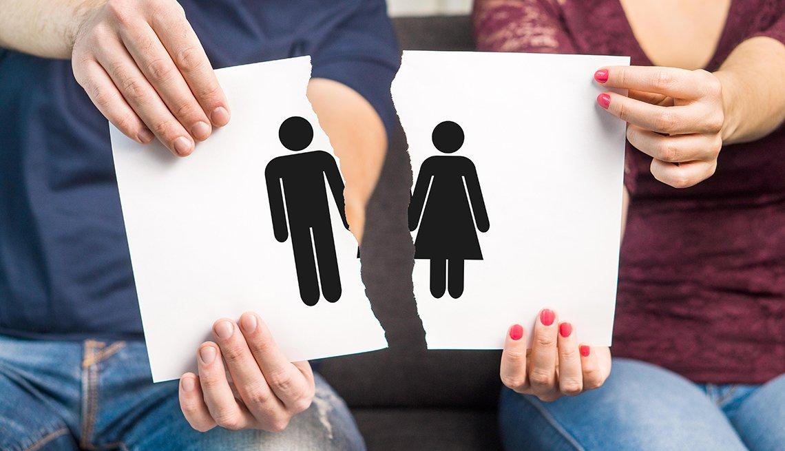 Pareja sostiene dos trozos de papel con símbolo de hombre y mujer