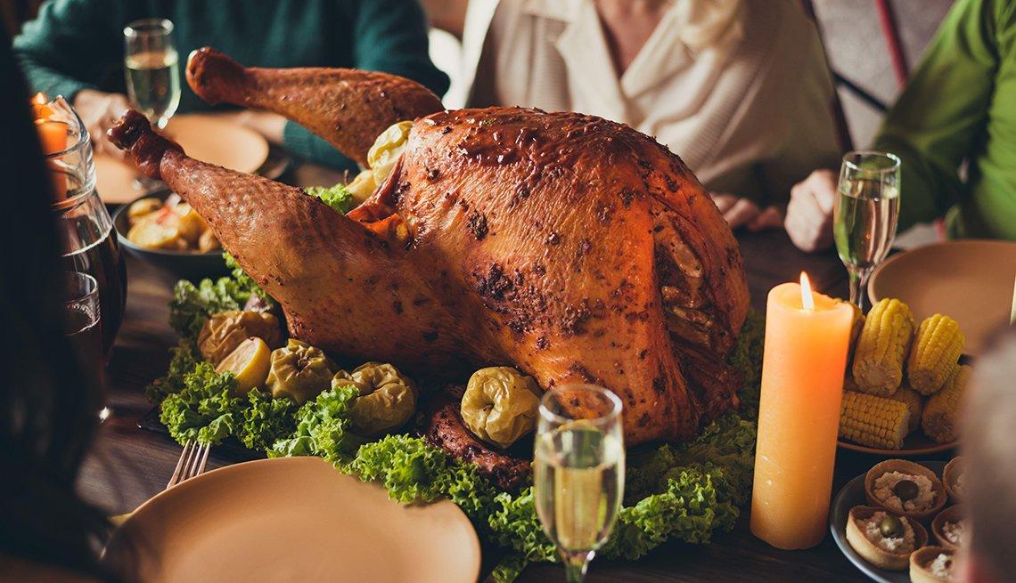 Pavo sobre una mesa durante la celebración del Día de Acción de Gracias