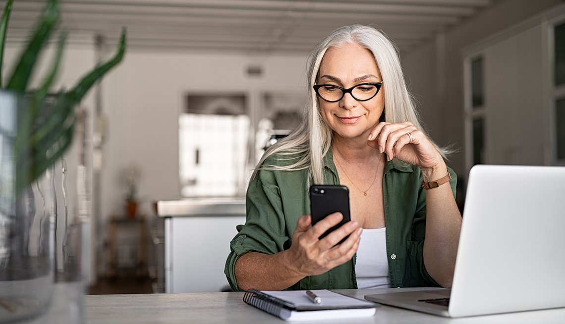 Mujer haciendo una llamada por teléfono