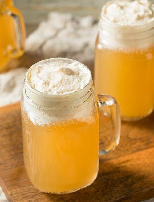 Cerveza servida en jarros de vidrio