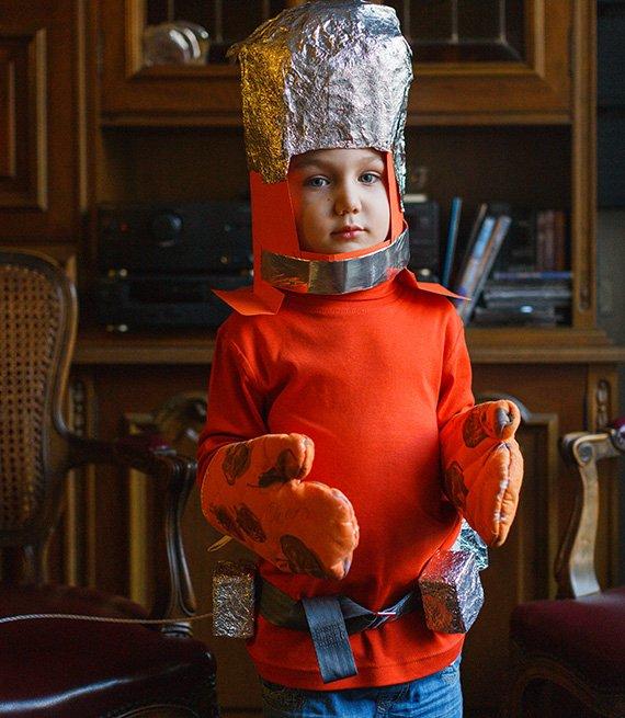 Niño vestido con un disfraz casero de astronauta