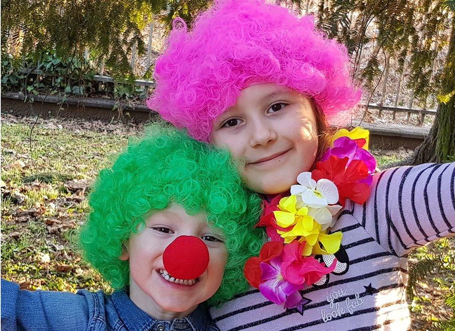 Dos niños disfrazados de payasos