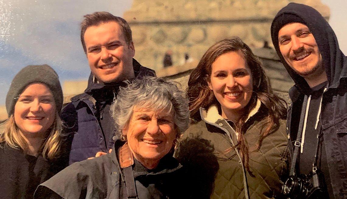 Judy Stein en un viaje, previo a la pandemia, a la ciudad de Nueva York con sus nietos y sus parejas