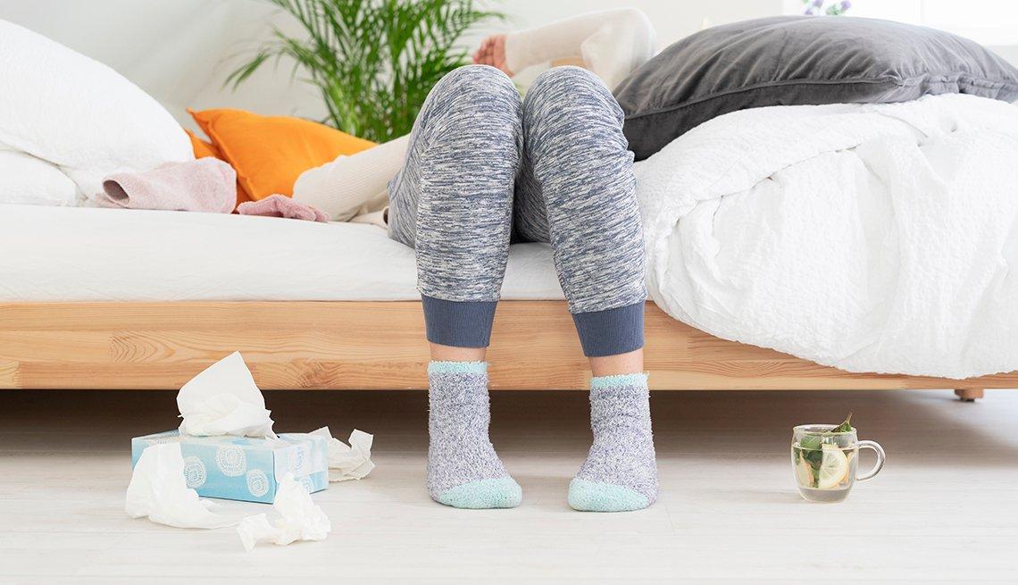 Persona enferma acostada en la cama