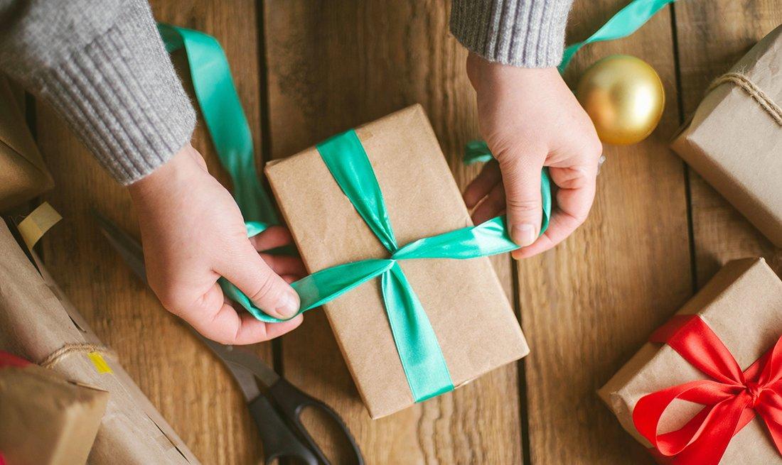 Persona envuelve un regalo