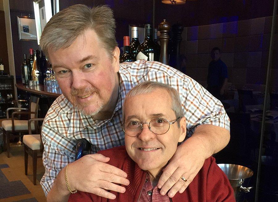 Dos hombres sonriendo a la cámara