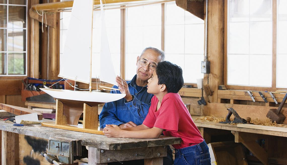 Nieto y abuelo construyendo un barco