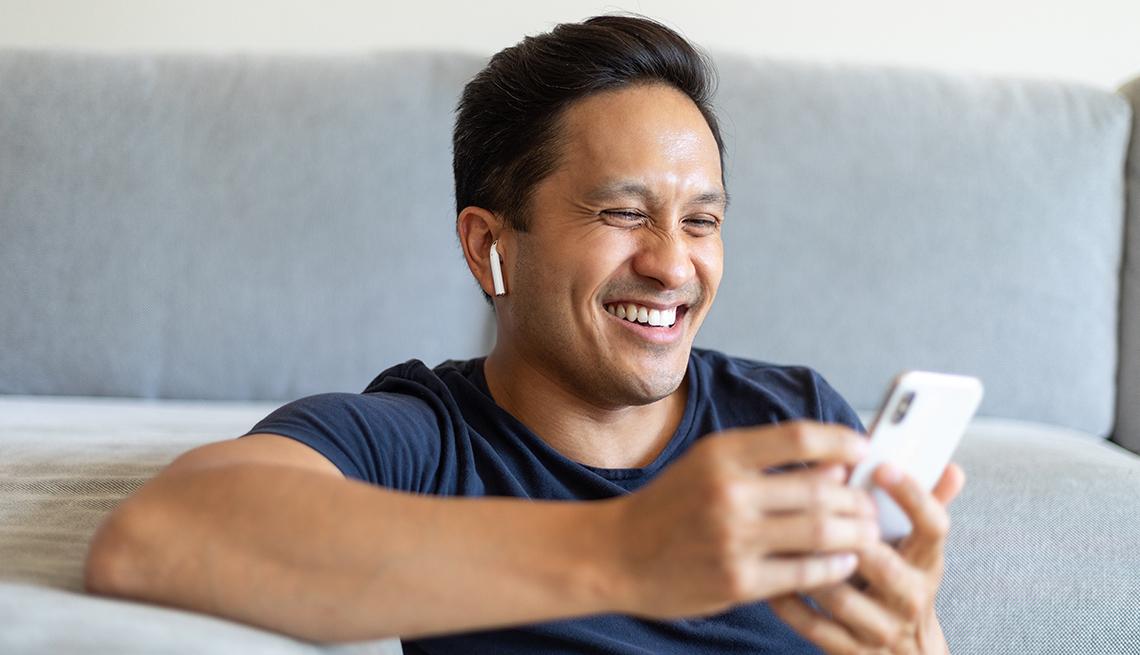 Un hombre en una videollamada usa audífonos inalámbricos