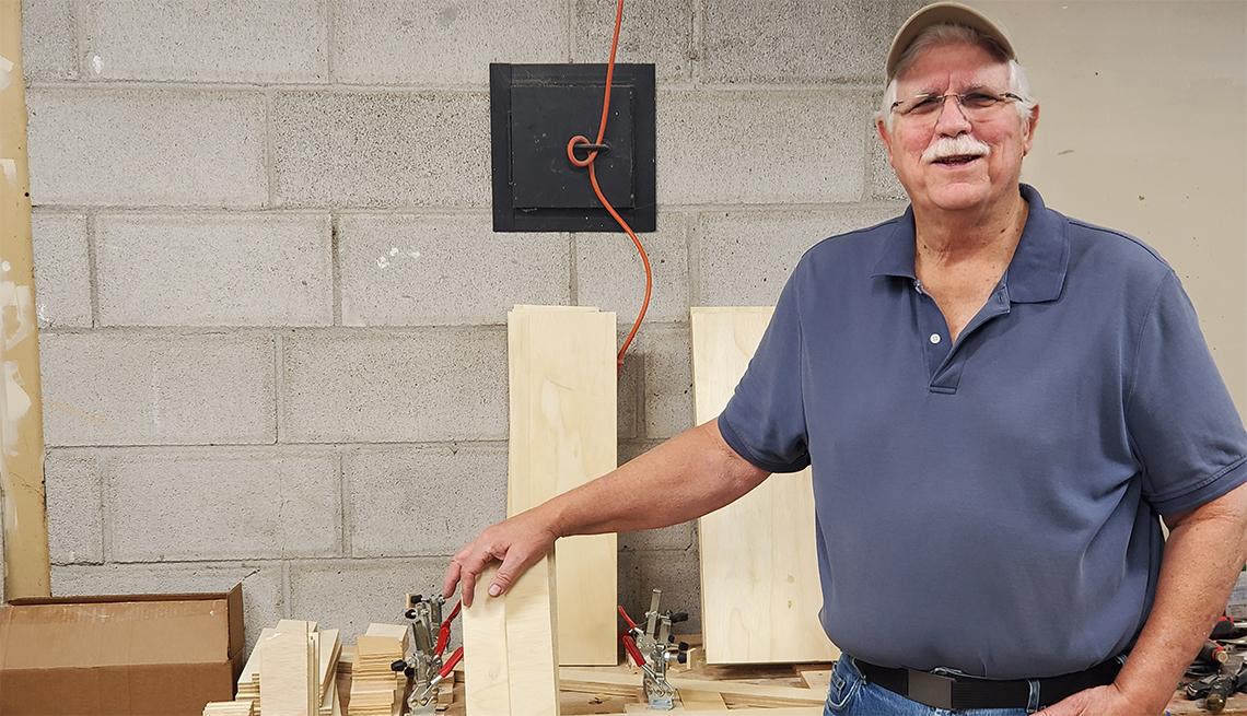 Ralph Kemptner en su taller de carpintería
