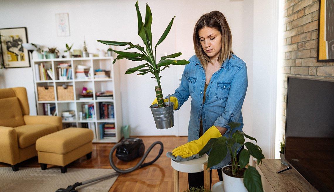 Una mujer limpia su casa