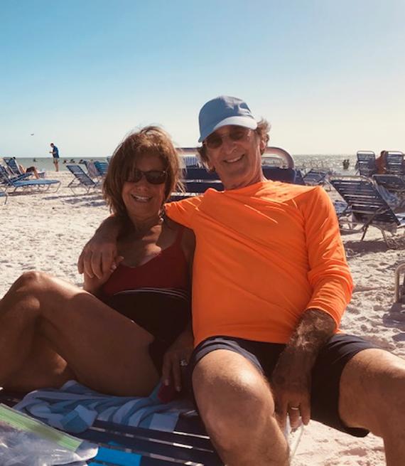 Robert y Barbara Lewy en la playa de Naples, Florida