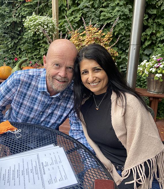 Anju Tomar y Mike Faith