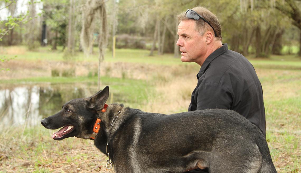 El entrenador Jeff Minder con su perro