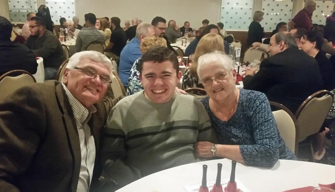 Paul Fredette y Claudette Weaver junto a su nieto Tyler