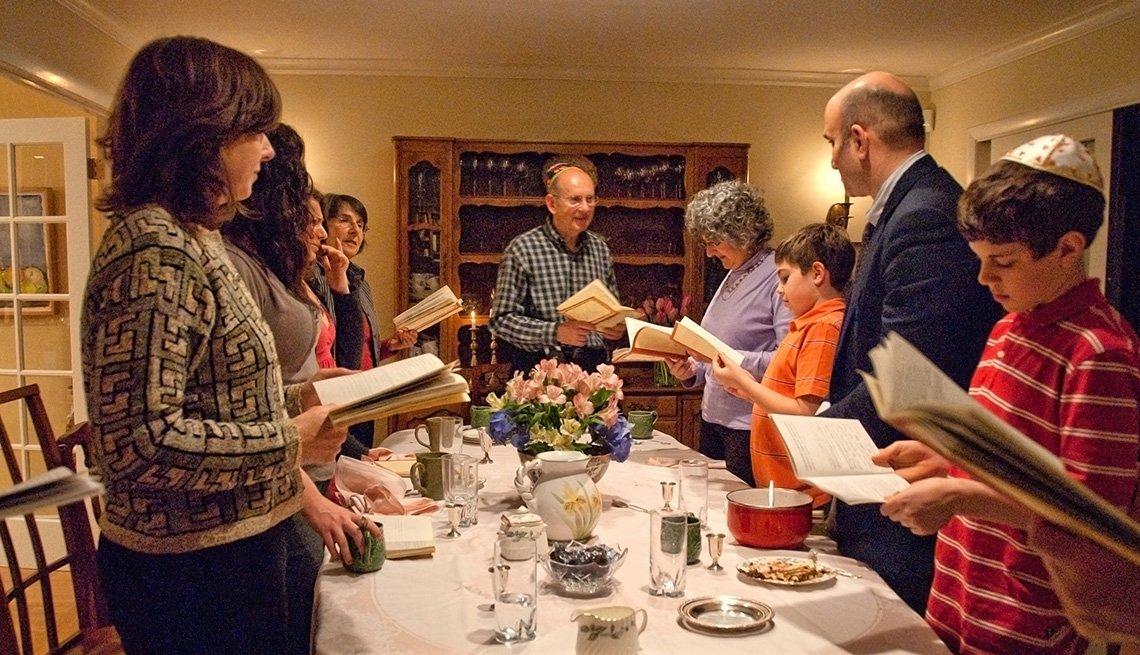 Familia reunida en el comedor durante la celebración de la Pascua