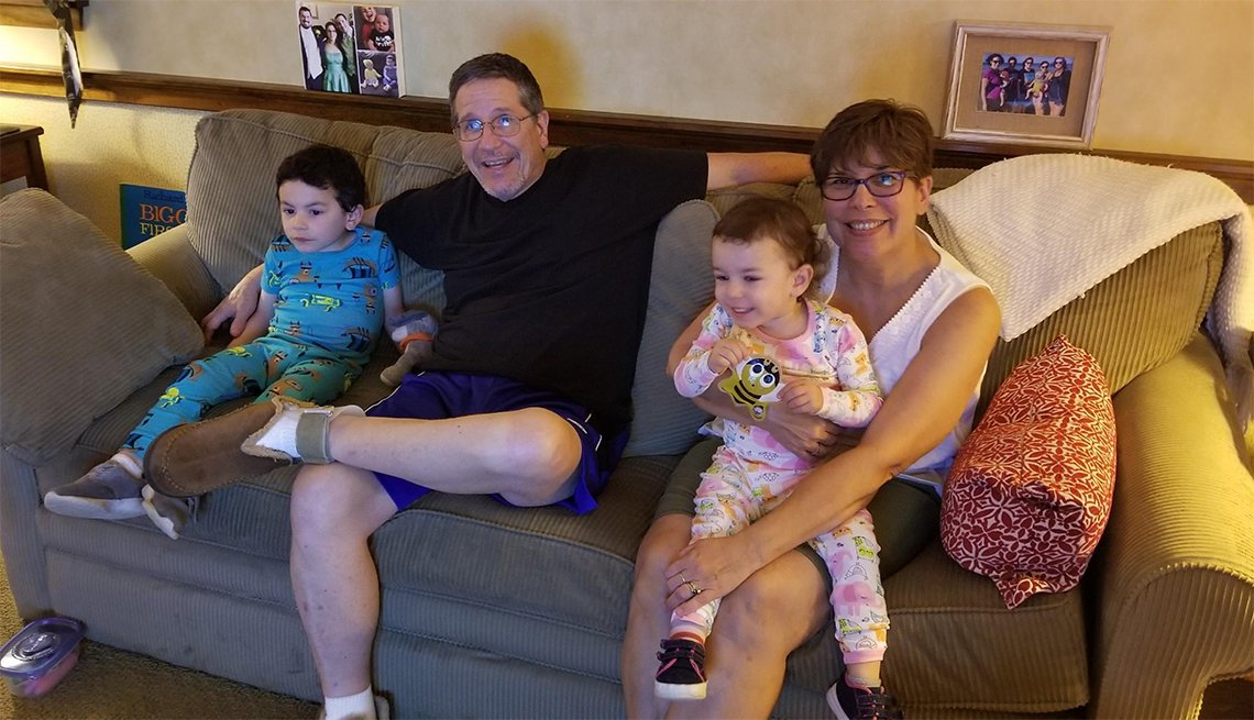Tina y David Gould con sus dos nietos
