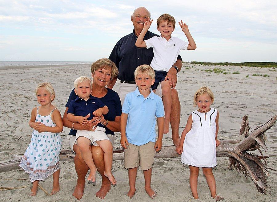 Wendy y Bill Moore con sus nietos en la playa