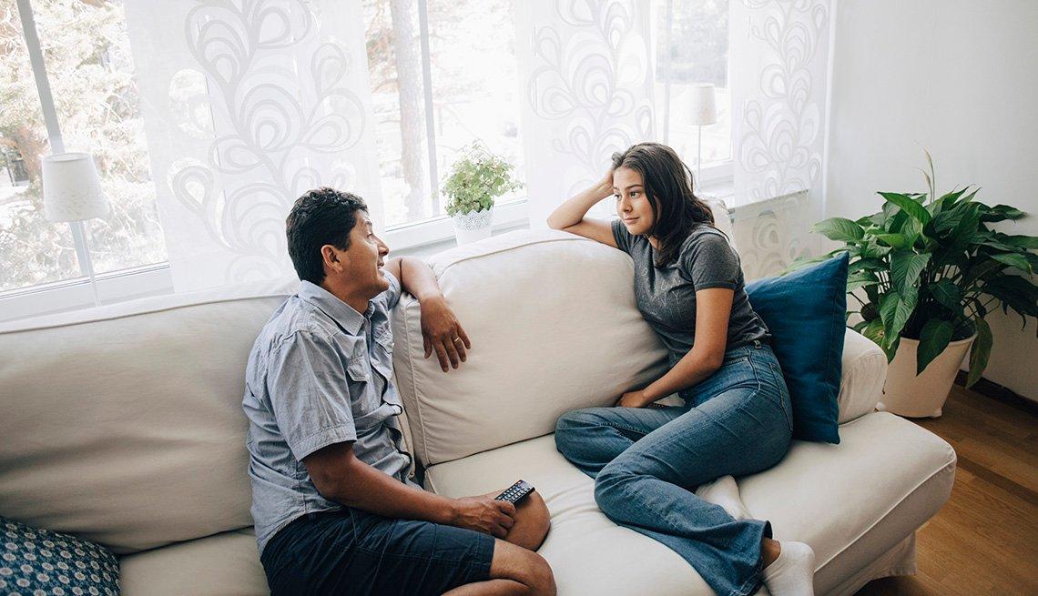 Un padre habla con su hija