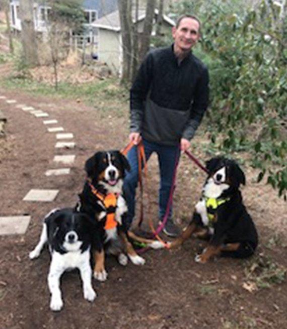 Ken Strobel junto a sus 3 perros
