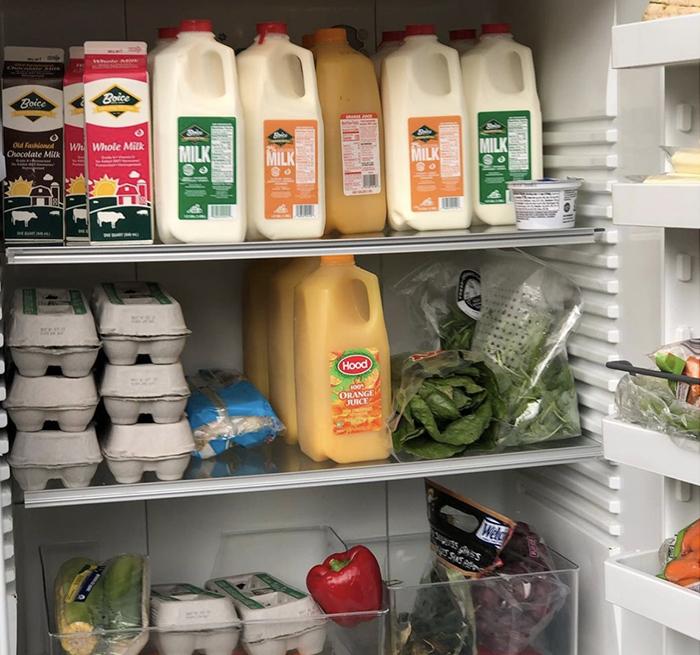 Alimentos en un refrigerador