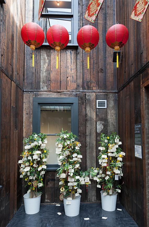 Árboles chinos de los deseos en la exhibición KidPLACE