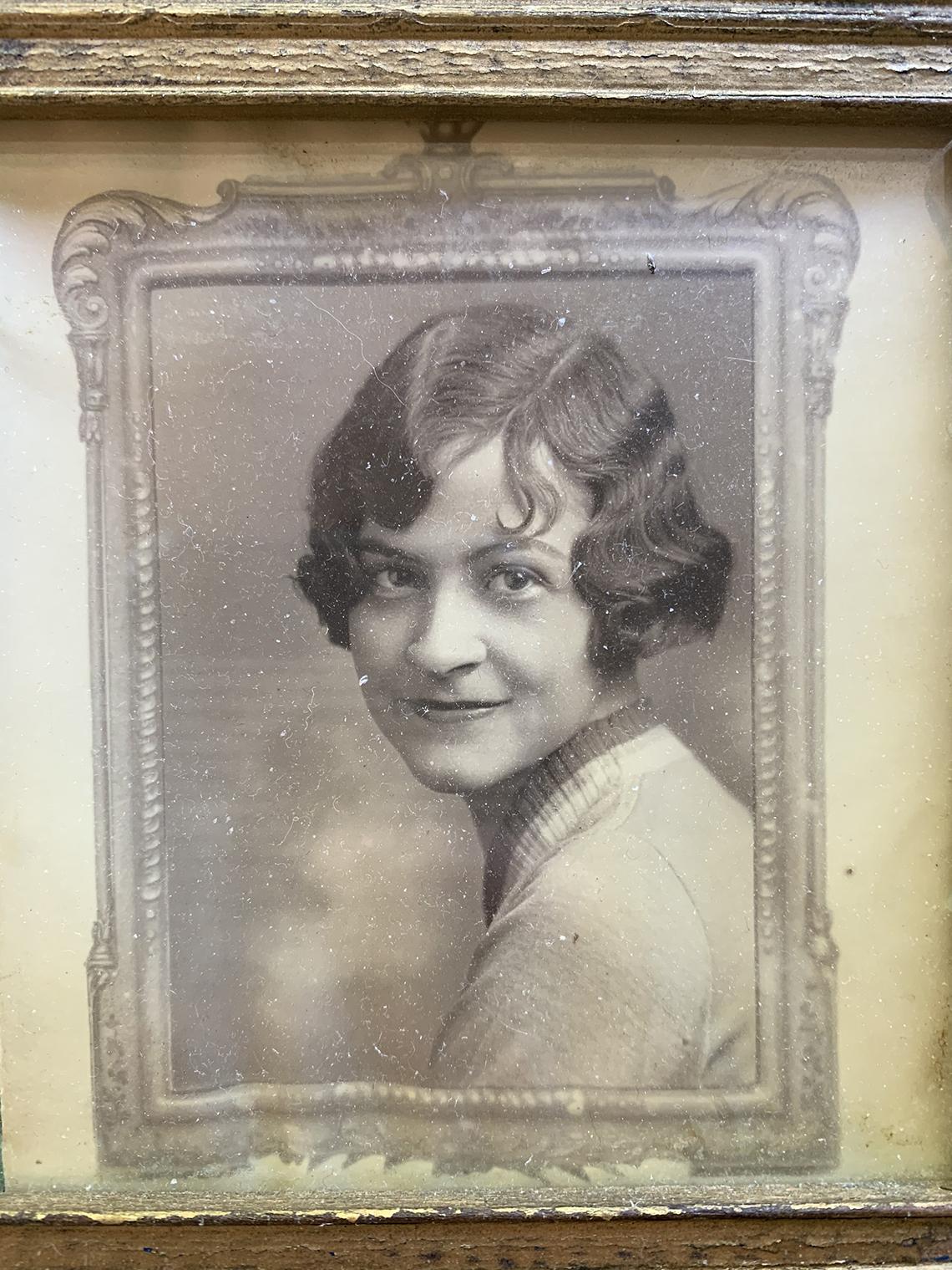 Fotografía en blanco y negro de Thelma Sutcliffe en su juventud