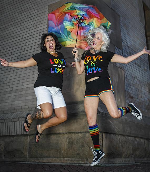 Susan Esco y su pareja sonríen mientras están en el aire después de saltar