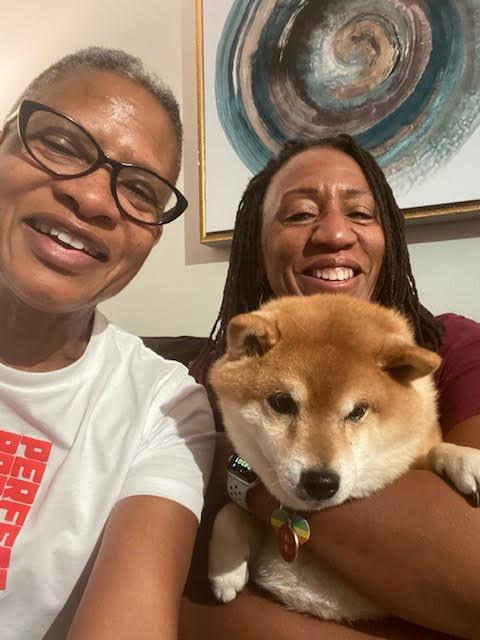 Leslie Fisher junto a su pareja y perro