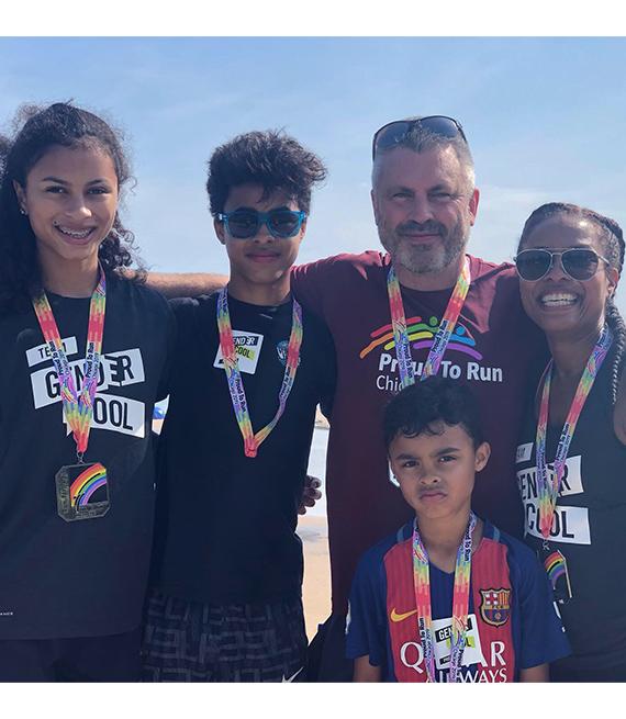 La familia Fisher celebrando el Mes del Orgullo