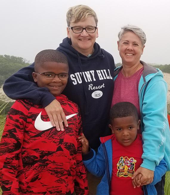 Leslie Eidel junto a su esposa y dos hijos.