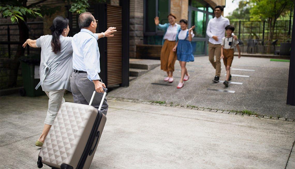 Familia da la bienvenida a los abuelos quienes llegan a casa