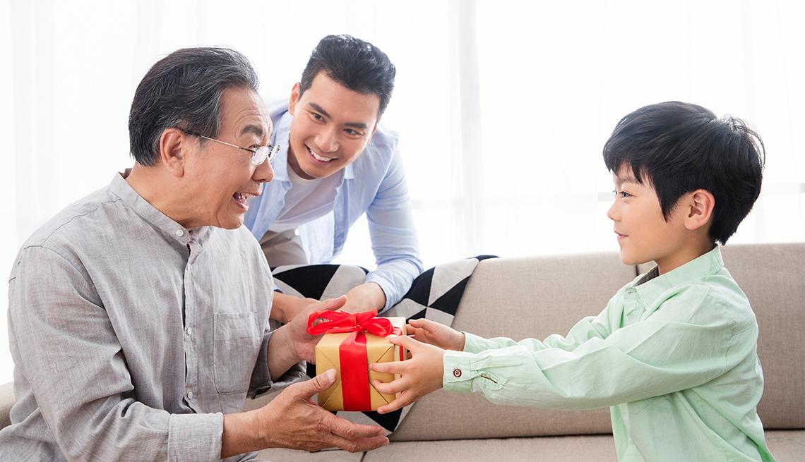 Abuelo recibe un regalo del día del padre de su nieto