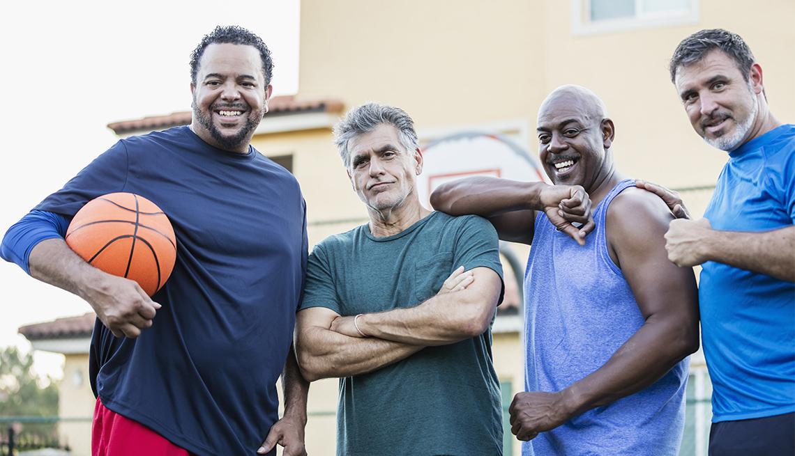 Cuatro hombres vestidos con ropa deportiva