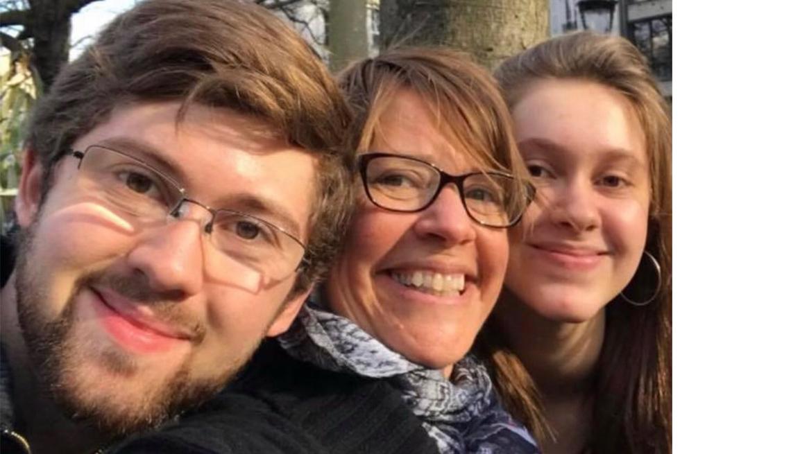 Heidi Kronenberg junto a sus dos hijos